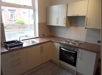 EasyRoommate UK - Large double J30 M62, suit professional, Normanton - £390 pcm