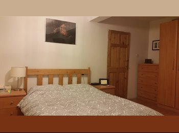EasyRoommate UK - Large double 10mins to town, blackout binds, Hunslet - £350 pcm