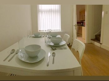 EasyRoommate UK - Stunning 3 Ensuite Bedroom house - Close to Cov Uni!!!, Stoke Aldermoor - £450 pcm