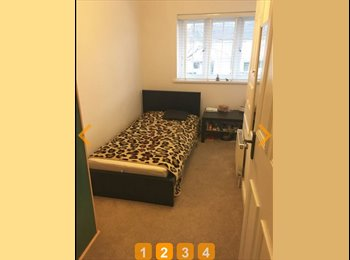 EasyRoommate UK - Single spacious room , Crawley - £400 pcm
