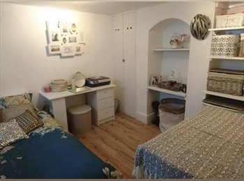 EasyRoommate UK - Contact details below - Single room available at short notice in town centre Guildford , Guildford - £600 pcm