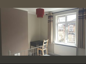 EasyRoommate UK - LOVELY DOUBLE ROOM IN NEW REFURBISHED HOUSE, Guildford - £660 pcm