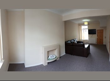 EasyRoommate UK - Lovely two bed, very close to uni!, Botanic - £412 pcm